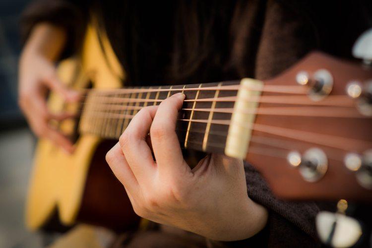 acoustic-guitar-guitar-guitarist-2118045